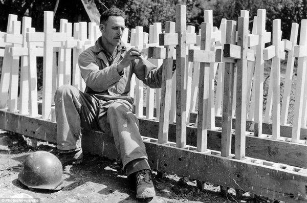 Một binh sĩ Mỹ đến từ Los Angeles đang làm chữ thập bằng gỗ để đánh dấu mộ của đồng đội hy sinh.