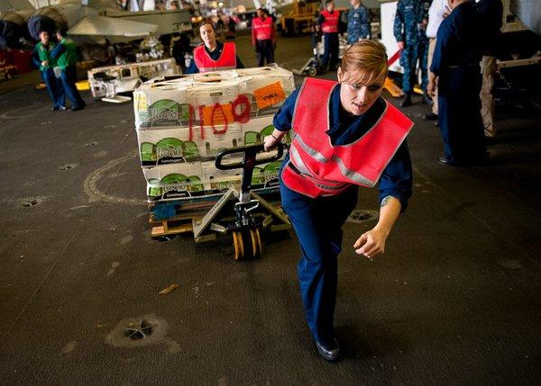 Các nhân viên của đơn vị hậu cần trên tàu sân bay Nimitz phụ trách vận chuyển mọi thứ từ thực phẩm đến đạn dược.