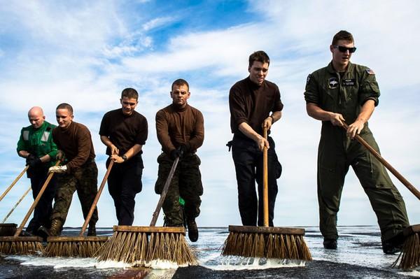 Các binh sĩ dành phần lớn thời gian để làm vệ sinh trên tàu sân bay Nimitz, như đang làm ở trên.