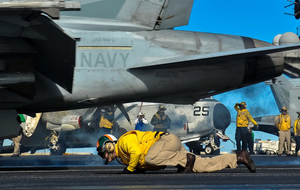 Hai công việc nguy hiểm nhất trên tàu sân bay Nimitz đều thuộc về các thành viên của phi đội bay trên boong của tàu sân bay.