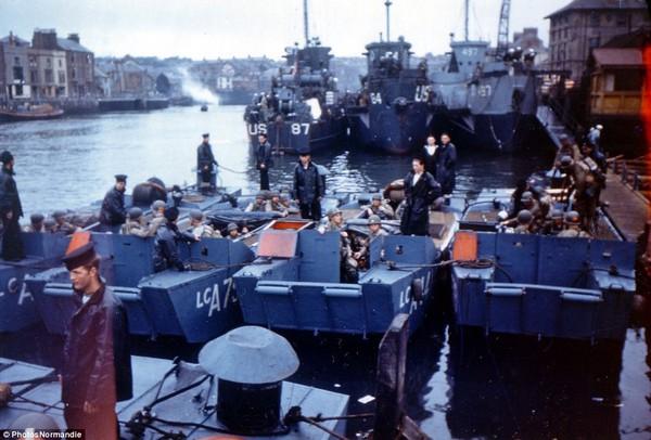 Tàu chở hàng nghìn binh sĩ đang chuyển bị rời Weymouth (Anh) tới Normandy (Pháp).
