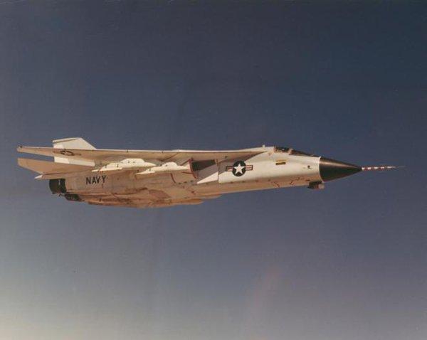...và hệ thống vũ khí tầm xa AWG-9/AIM-54 Phoenix.