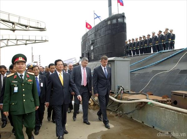 Việt Nam cũng chuẩn bị tiếp nhận chiếc tàu ngầm Kilo 636 đầu tiên trong loạt 6 tàu ngầm mua của Nga. Tàu ngầm Kilo