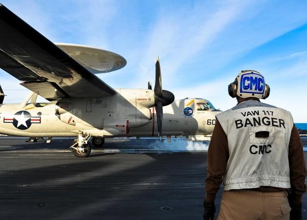 ...bao gồm máy bay cường kích hai động cơ EA-6B Prowler, máy bay chiến đấu đa nhiệm F-18 Hornets, Super Hornets,...