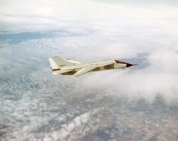 F-111B sử dụng nhiều sáng kiến kỹ thuật mới như cánh cụp cánh xòe...