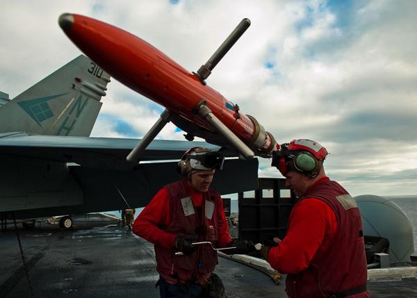 Tàu sân bay Nimitz chở theo một lượng lớn máy bay chiến đấu....