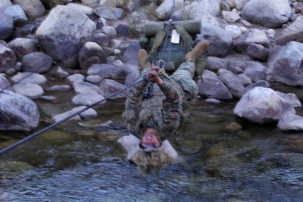 ...hay vượt sông không bị ướt quần áo và đồ dùng.