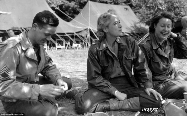 Các nữ binh sĩ Mỹ ngồi nghỉ ngơi cùng một đồng nghiệp nam.