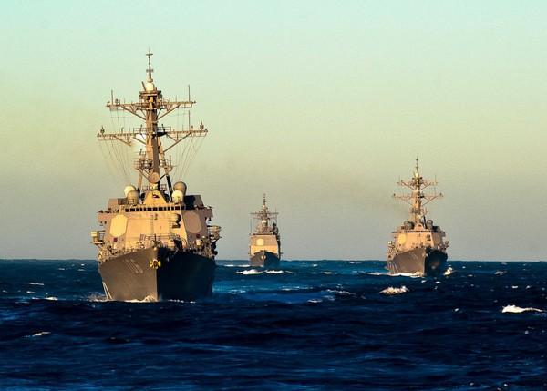 """Bắt đầu hoạt động từ 1975, USS Nimitz là một """"siêu tàu sân bay"""" hạt nhân của Hải quân Mỹ. Nó được hỗ trợ bởi một nhóm tàu chiến gồm 8 chiếc."""