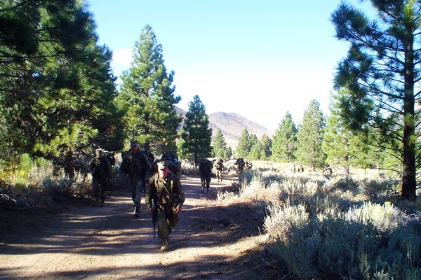 Các binh sĩ cũng phải luyện tập hành quân tại khu vực có địa hình đồi núi.