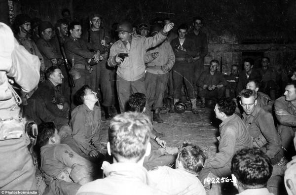 Các binh sĩ Mỹ giao lưu với diễn viên nổi tiếng vào thời kỳ đó Edward G. Robinson.