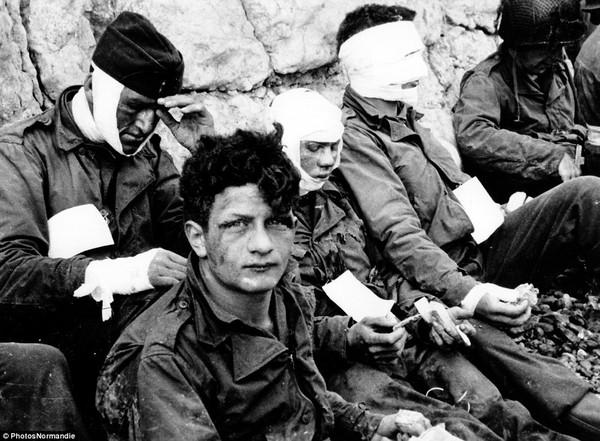 Các binh sĩ Mỹ bị thương khi chiến đấu gần Omaha Beach.