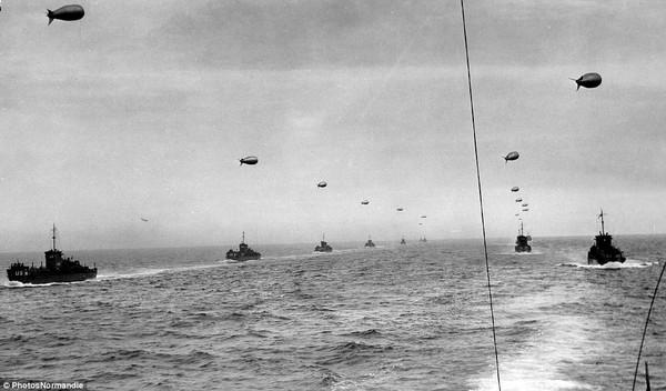 Tàu chiến của quân Đồng minh tiến về cảng Normandy của Pháp để bắt đầu cuộc chiến chống lại Phát xít Đức.