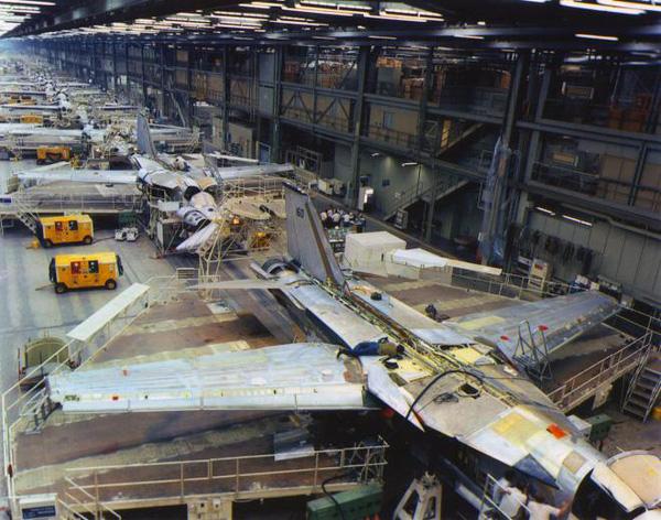 Dây chuyền sản xuất máy bay ném bom chiến lược F-111 tại xưởng của tập đoàn General Dynamics tại bang Texas.