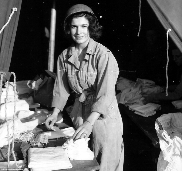 Một nữ y sĩ chuẩn bị băng gạc trong một lều cứu thương ở Omaha Beach