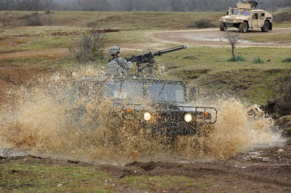 Các binh sĩ chủ yếu vận hành những loại xe bọc thép hạng nặng như Humvee.