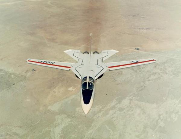 F-111 trang bị hai động cơ Pratt & Whitney TF30-P-100 cho phép nó đạt tốc độ vượt âm Mach 2.5 (2.665km/h), tầm bay trên 5000km. F-111 được trang bị với 6 bình nhiên liệu.