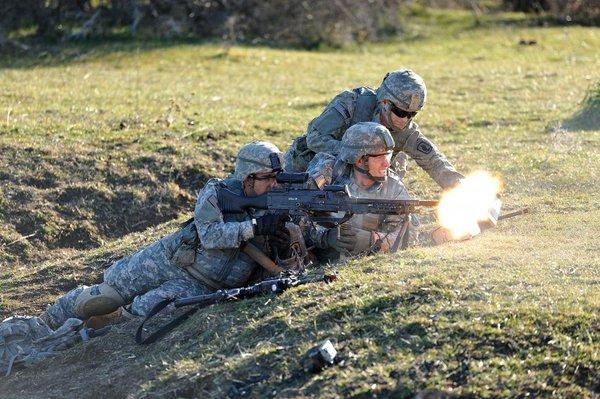 ...cho đến những loại súng máy như M240 với lòng 7,62mm.