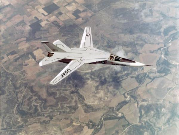 """F-111 được thiết kế với hình dạng cánh có thể thay đổi """"cánh cụp cánh xòe"""", chính điểm đặc biệt này cho phép phi công có thể bay tầm thấp với vận tốc siêu âm. Khi cánh xòe hết cỡ thì lực nâng của cánh tăng lên cho phép máy bay cất hạ cánh đường băng ngắn."""