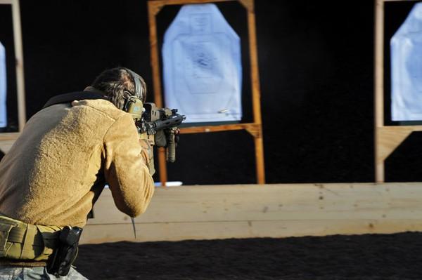 Trước khi được triển khai tại Afghanistan, lính Mỹ phải trải qua các đợt huấn luyện bắn súng ở nhiều cự lý khác nhau..với những loại súng nhỏ...