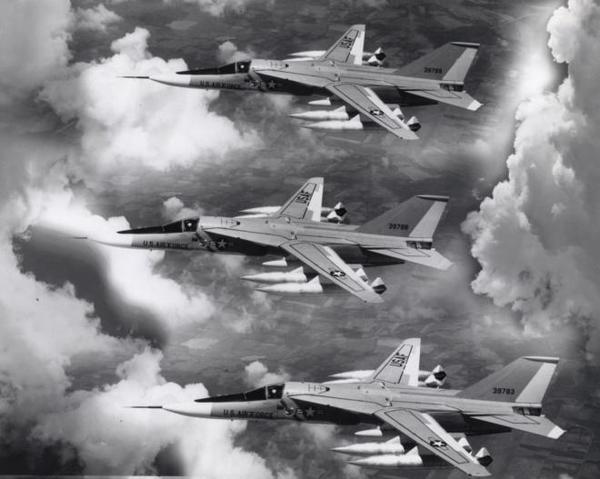 F-111 là máy bay ném bom chiến lược tầm trung bắt đầu phục vụ trong Không quân Mỹ từ năm 1967. Tổng cộng 563 chiếc F-111 đã được sản xuất.