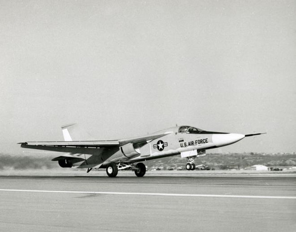 Chiến đấu cơ F-111 có trọng lượng không tải 21.537 kg; trọng lượng có tải: 37.577 kg; trọng lượng cất cánh lớn nhất: 44.896 kg; Tầm bay tối đa 5.190 km.