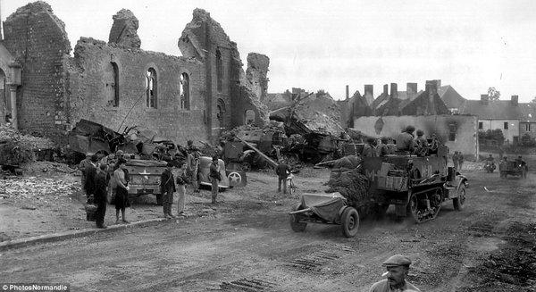 Nhà thờ ở Roncey bị phá hủy nặng nề sau cuộc giao tranh ác liệt giữa quân Đồng minh và Phát xít Đức.