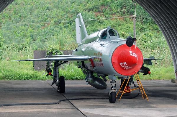 """Đầu tiên là loại tên lửa không đối không tầm nhiệt Vympel K-13 được trang bị chủ yếu trên tiêm kích đánh chặn MiG-21 bis (trong ảnh). Đây là loại tên lửa """"giàu kinh nghiệm"""" nhất không quân ta, đã từng lập hàng trăm chiến công bắn hạ máy bay Mỹ trên bầu trời miền Bắc."""
