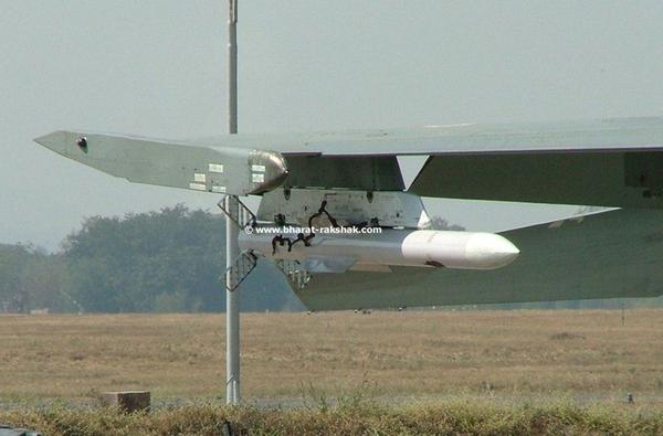 Tên lửa không đối không R-77 (hoặc gọi là RVV-AE) chủ yếu trang bị cho tiêm kích đa năng Su-30MK/MK2 của không quân Việt Nam. R-77 trang bị đầu tự dẫn radar chủ động, tầm bắn đạt 40-80km.
