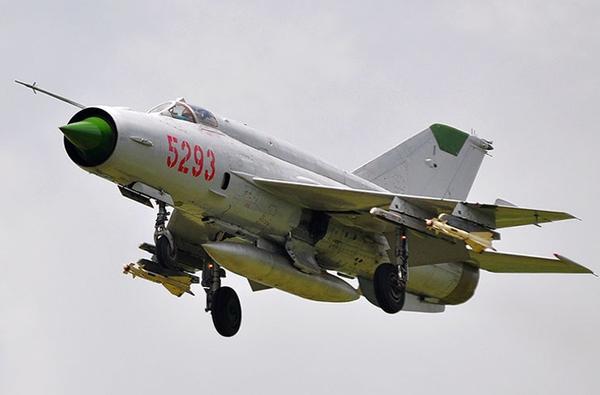 Loại tên lửa đối không thứ 2 thường được trang bị trên tiêm kích MiG-21 là Molniya R-60. Trong ảnh là tiêm kích MiG-21 mang 2 đạn tên lửa R-60 trên cánh.