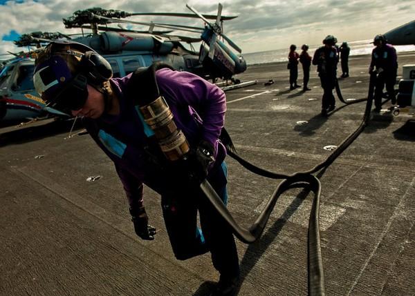 4 máy lọc nước trên tàu sân bay Nimitz có thể sản xuất được 400.000 galon nước ngọt mỗi ngày.
