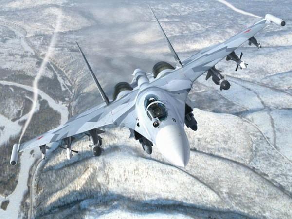 Su-35 mang theo lượng nhiên liệu tương đương với loại chiến đấu cơ F-14 của Mỹ, nhưng tiêu thụ tiết kiệm hơn nhiều. Ưu thế này giúp Su-35 có thể kéo dài đáng kể thời gian bay.