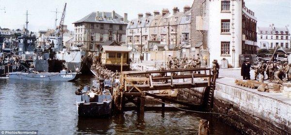Tàu chở hàng nghìn binh sĩ đang chuyển bị rời Weymouth (Anh) tới Normandy (Pháp)