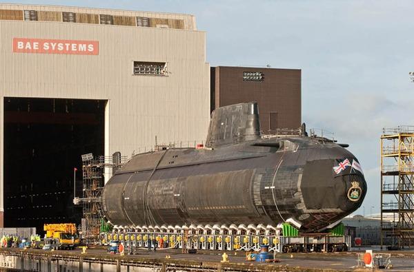 Tàu ngầm hạt nhân HMS Ambush có lượng giãn nước 7.400 tấn (khi lặn), dài 97m, rộng 11,3m, mớn nước 10m.