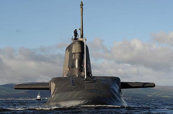 """Thân tàu HMS Ambush được phủ 39.000 viên ngói cách âm giúp cho nó có khả năng """"tàng hình"""" trước hệ thống định vị thủy âm đối phương tốt hơn bất kỳ tàu ngầm nào khác của nước Anh."""