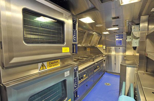 Bên trong phòng bếp phục vụ bữa ăn cho thủy thủ đoàn 98 người trên tàu HMS Ambush.