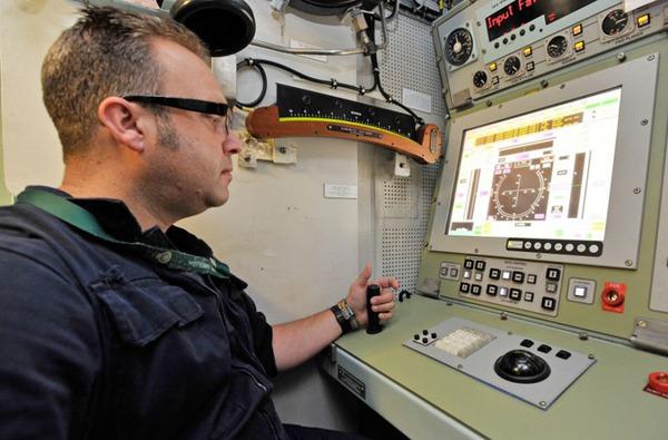 Một kỹ sư hải quân đang thử nghiệm các hệ thống trên tàu Ambush.