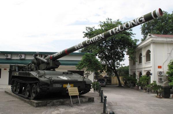 Pháo tự hành M107  được Quân đội Nhân dân Việt Nam thu giữ từ quân đội Sài Gòn sau 1975. Đây là loại pháo do Mỹ sản xuất, thiết kế với một nòng pháo cỡ 175mm có thể đạt tầm bắn xa tới 34km với đạn thông thường. Xét về cỡ nòng thì M107 được coi là pháo tự hành cỡ nòng lớn nhất Đông Nam Á. Ngày nay, M107 phục vụ hạn chế trong lực lượng pháo binh Việt Nam.