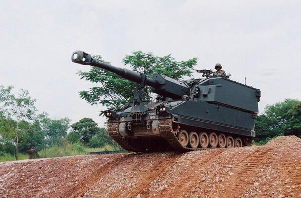 Pháo tự hành SSPH-1 Primus do Singapore chế tạo dựa trên công nghệ pháo M109 của Mỹ. Primus trang bị pháo cỡ nòng 155mm đạt tầm bắn 19km với đạn thường hoặc 30km với đạn tăng tầm.