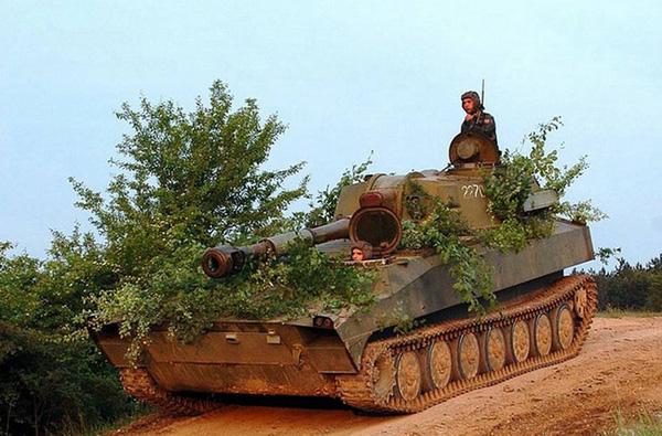 Cùng với 2S3 Akatsiya, Việt Nam cũng nhận được từ Liên Xô pháo tự hành 2S1 Gvozdika (Việt Nam gọi là SU-122). Ảnh minh họa