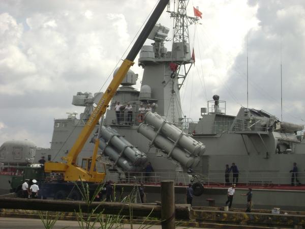 Lắp đặt ống phóng Kh-35 lên tàu Molniya