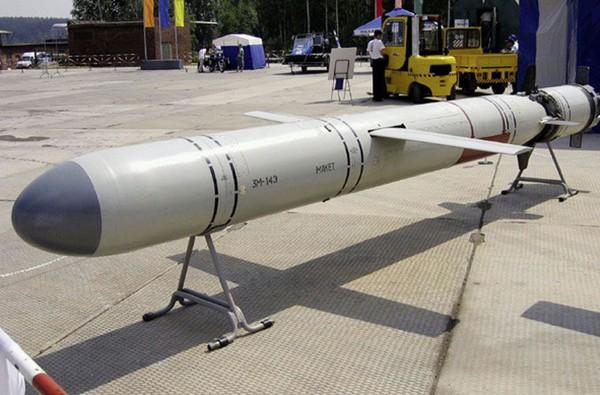 Loại tên lửa này được trang bị trong hệ thống phòng thủ bờ biển K-300 Bastion P (trong ảnh). Tên lửa P-800 đạt tầm bắn 120-300km, tốc độ hành trình gấp 2,5 lần vận tốc âm thanh. Với tốc độ cực cao cùng đầu đạn công phá mạnh nặng 300kg, đối phương có rất ít cơ hội sống sót khi trúng P-800. Nguồn: Thanh Niên
