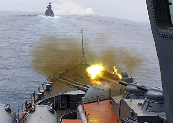 Hình ảnh tàu chiến Nga khai hỏa trên biển Đen trong cuộc tập trận bất thường vào ngày 28/3 được đăng tải trên các trang báo tại TQ.