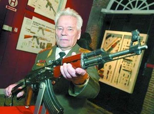 Mikhail Timofeyevich Kalashnikov sinh ngày 10/11/1919, là Tổng công trình sư thiết kế vũ khí nổi tiếng của Liên Xô, ông là cha đẻ của tiểu liên AK-47 huyền thoại, được xem là nền tảng cơ bản cho những loại súng bộ binh tấn công hiện đại của Nga ngày nay như: AK-74, AK-100, AK-200, AK-12...