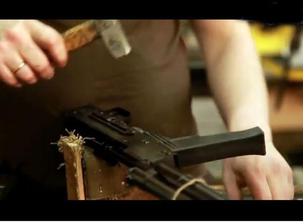 Mẫu AK-47 phiên bản chuẩn có độ dài toàn bộ là 870 mm, chiều dài nóng súng 415 mm, nặng 4,3 kg, tốc độ bắn lý thuyết 600 phát/phút, tầm bắn sát thương 800 m. Súng sử dụng loại đạn 7,62 mm. Sơ tốc đầu đạn 715 m/s.