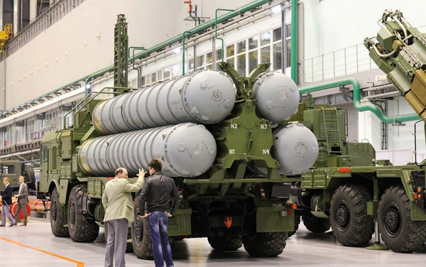 Xe mang bệ phóng tên lửa S-300PMU2 trong nhà máy Obukhov.