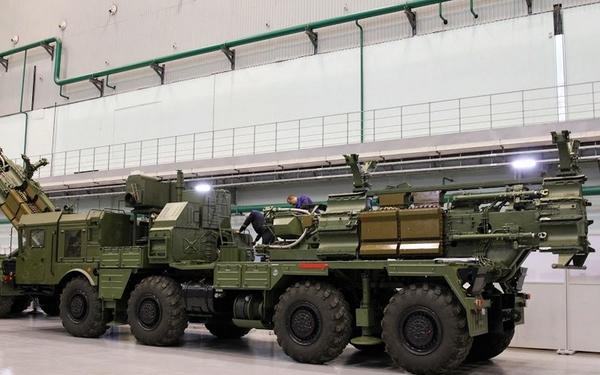 Xe mang bệ phóng tên lửa S-300PMU2 tối tân đang chờ được lắp đạn ở bên trong nhà máy.