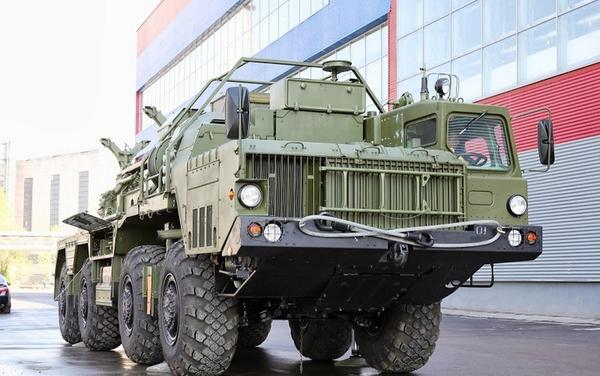 Xe mang bệ phóng tên lửa S-300 chưa lắp đạn bên ngoài nhà máy.