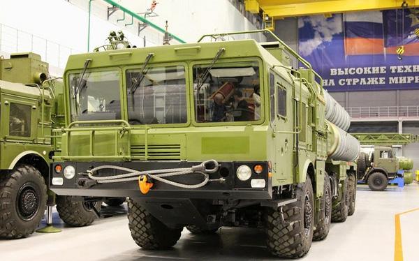 Đây là xe mang bệ phóng tự hành 5P85SM cho hệ thống tên lửa S-300MPU2.