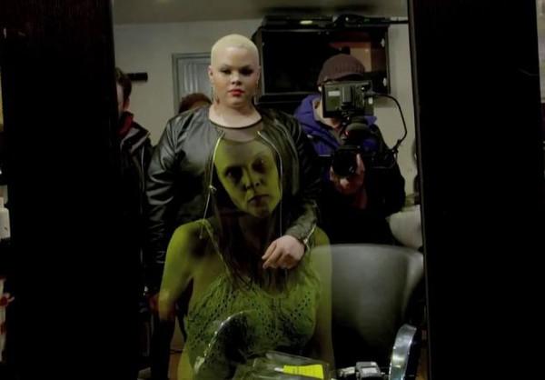Rùng mình với chiếc gương ma trong tiệm hớt tóc